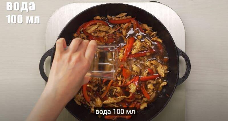 добавляем в сковороду воды