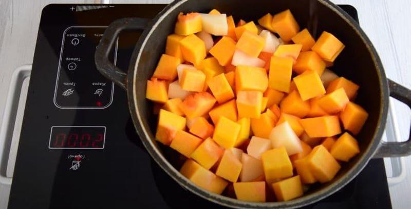 добавляю подготовленные порезанные овощи