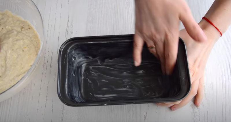 форму для выпекания смазываем сливочным маслом