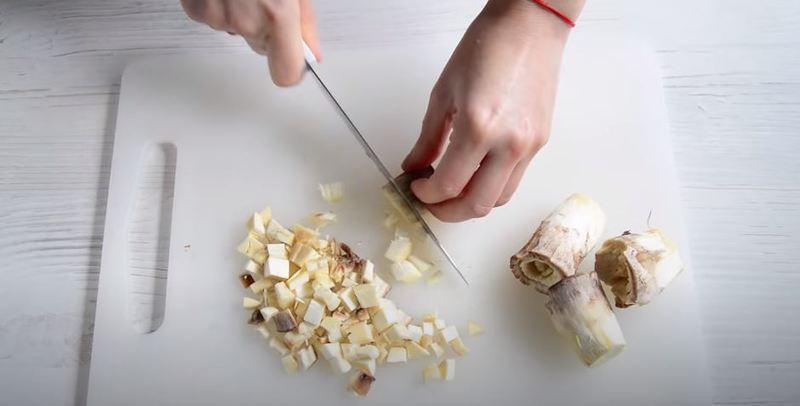 грибные ножки нарезаем мелким кубиком