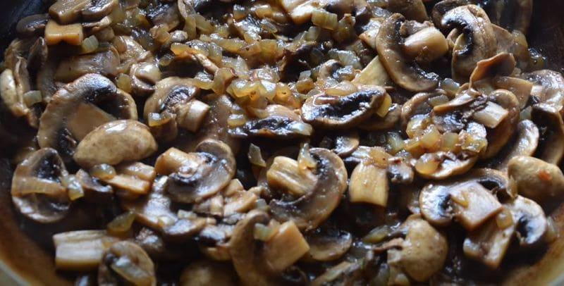 грибочки и лук обжариваем в сковороде