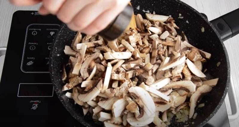 грибы солим и добавляем перец по вкусу