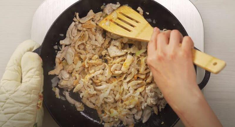 хорошо перемешиваем содержимое сковородки