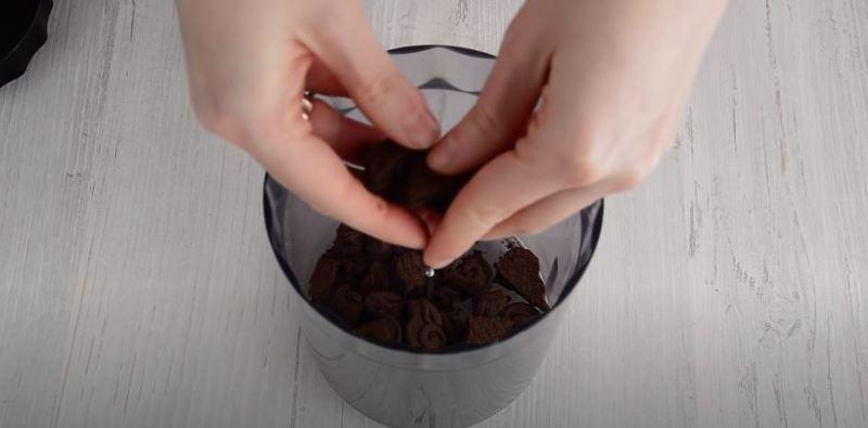 измельчаем шоколадное печенье в крошку