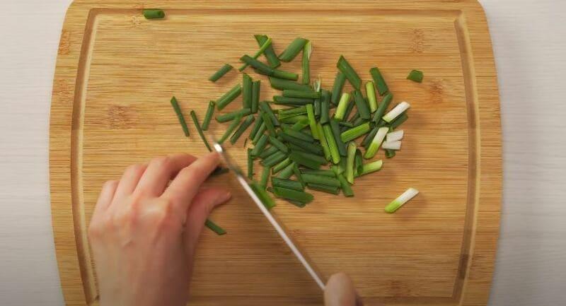 измельчаем зеленый лучок