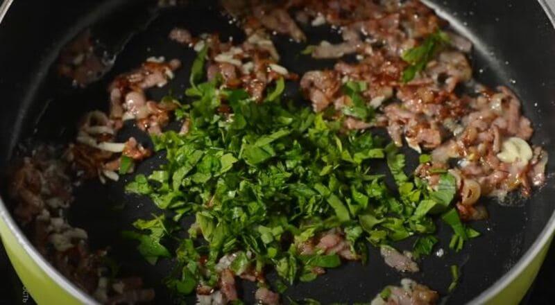 к бекону добавляем нарубленную зеленую петрушку