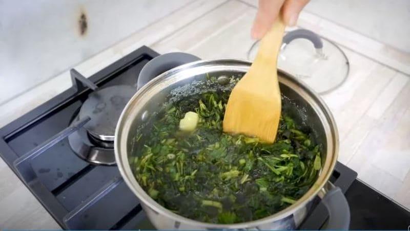 крапивный суп слегка перемешайте