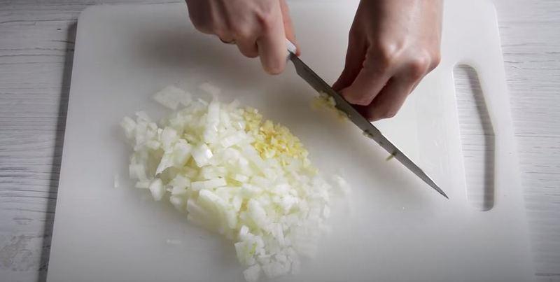 мелко измельчаем лук и чеснок