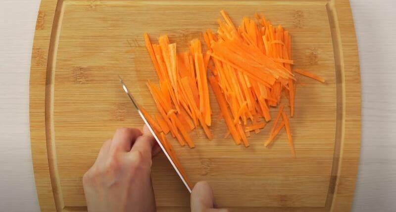 морковку нарезаем мелкой соломкой