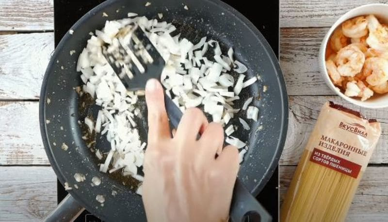 на масле обжариваем лук до мягкости 5-7 минут