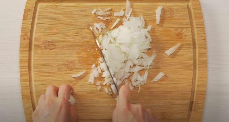 нарезаем лук репчатый мелким кубиком