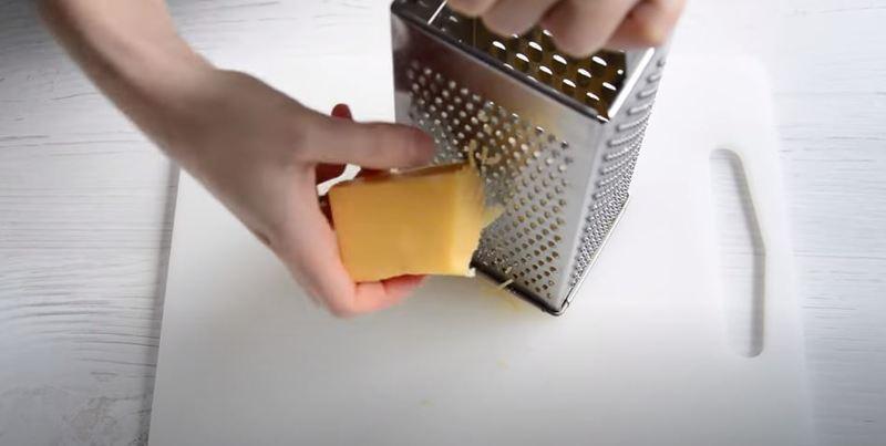 натираем твердый сыр на мелкой терке