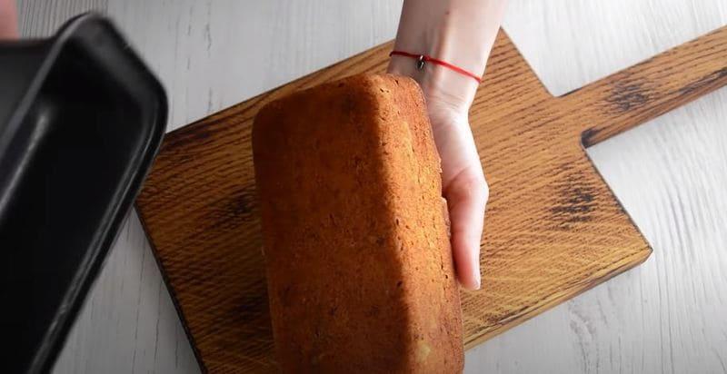 осторожно извлекаем готовый хлеб из формы