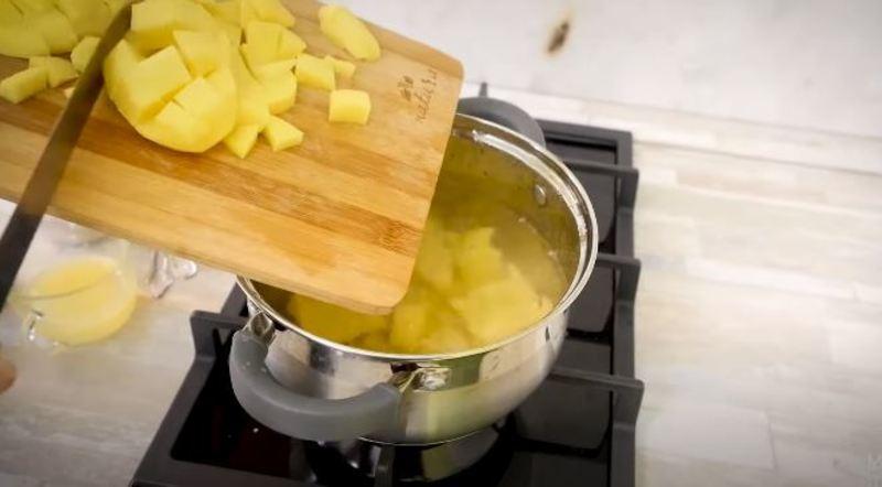отправляем картошку в кастрюлю с холодной водой