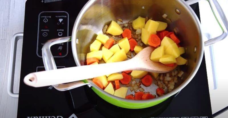 отправляем в кастрюлю порезанные овощи