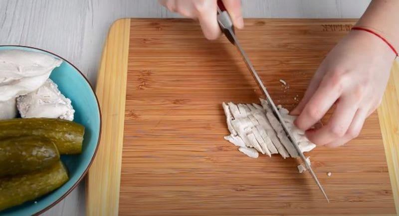 отваренную куриную грудку нарезаем соломкой