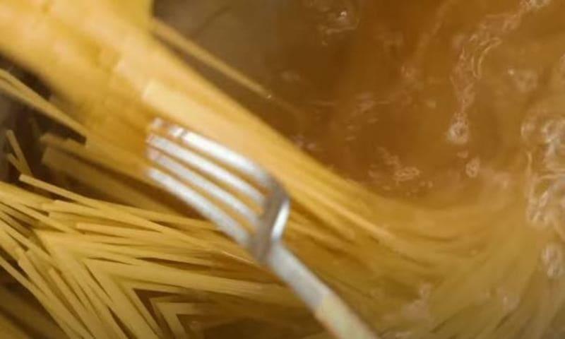 отвариваем спагетти согласно инструкции