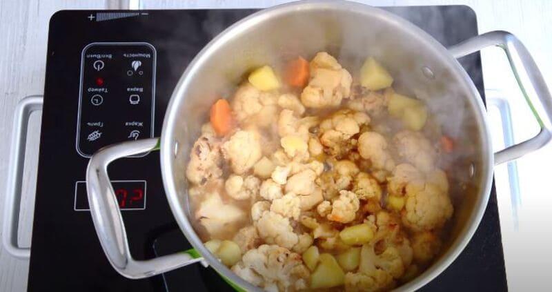 перекладываем капусту и чеснок в кастрюлю к овощам