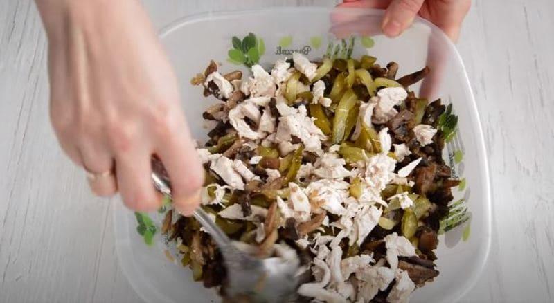 перемешиваем ингредиенты салата между собой
