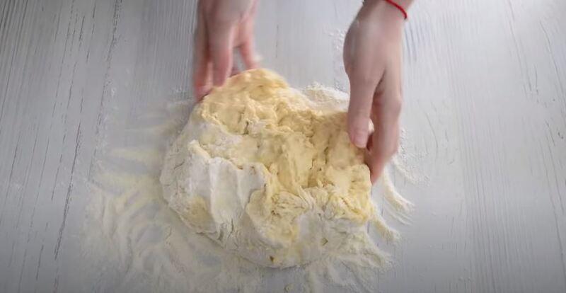 переместить тесто на стол присыпанный мукой