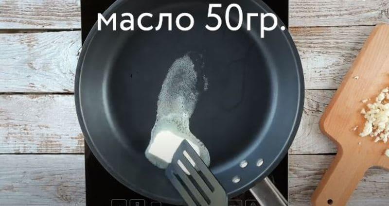растапливаем кусочек сливочного масла на сковородке