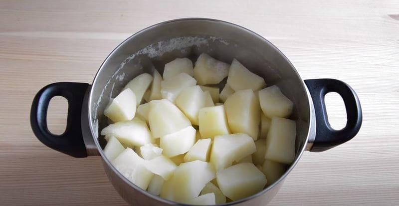 с отваренного картофеля сливаем большую часть воды