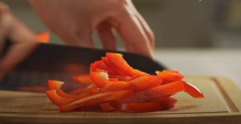 сладкий перчик очищаем от семян и нарезаем его соломкой