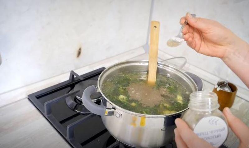 суп крапивный солим и перчим по вкусу