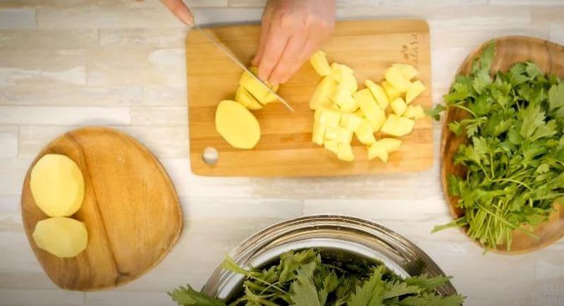сырой и очищенный картофель нарезаем на небольшие кубики