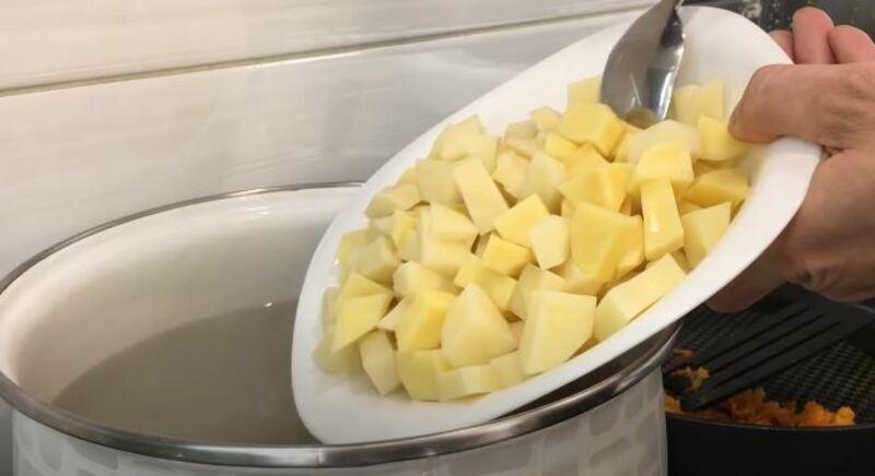 в бульон с мясом отправляем нарезанный картофель