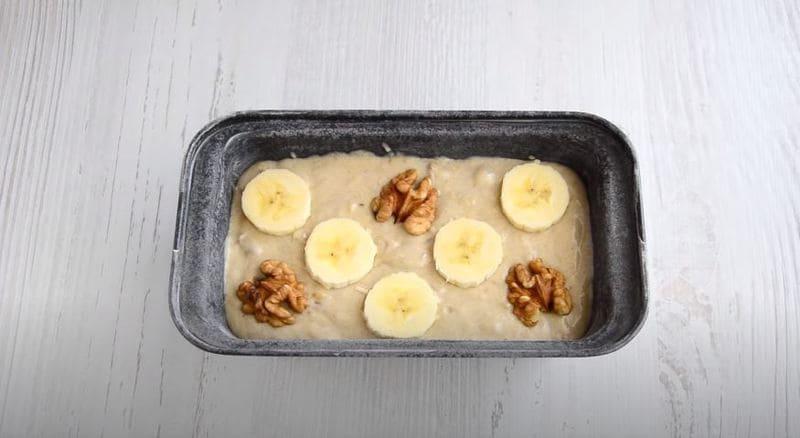 верх хлеба можно украсить орешками и бананчиками