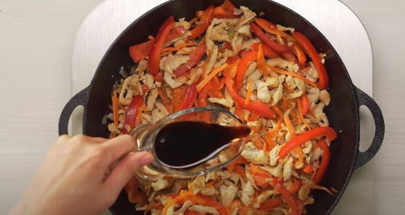 вливаем в овощи соевый соус