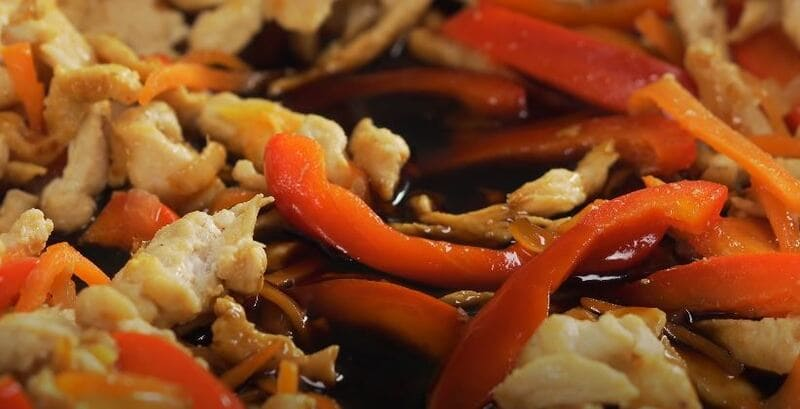 вливаем в овощи соус терияки