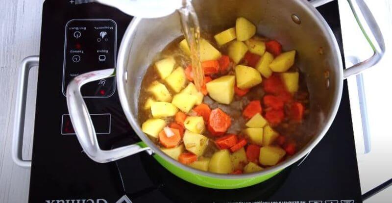 заливаем овощи водой