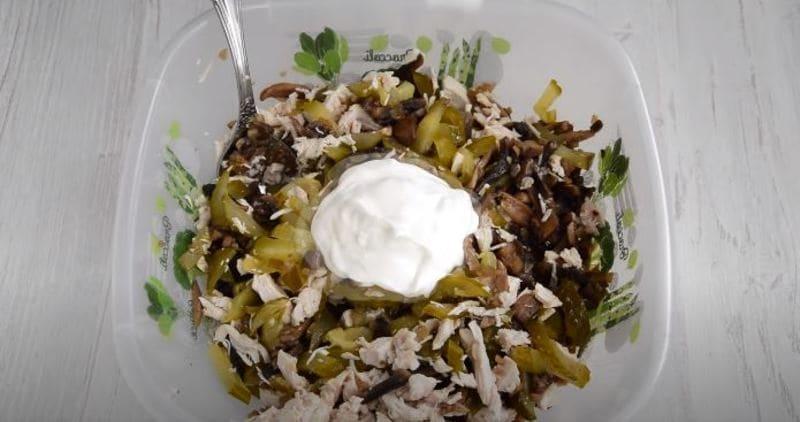 заправляем салат майонезом или сметаной