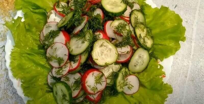 аккуратненько перекладываем весь салат на блюдо