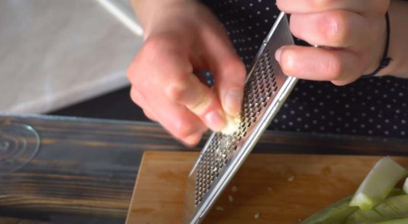 чеснок измельчаем на мелкой терке