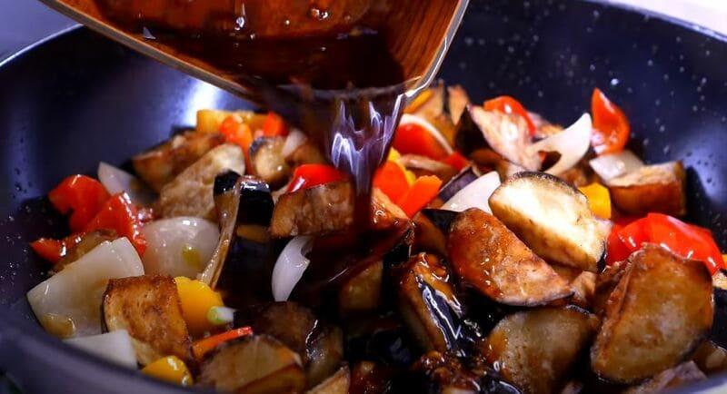добавляем к овощам приготовленный кисло сладкий соус