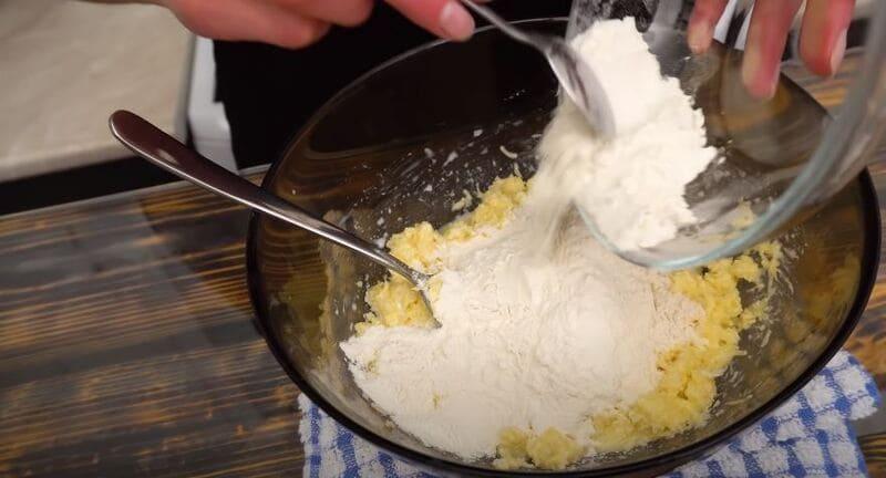 добавляем муку в сырную массу