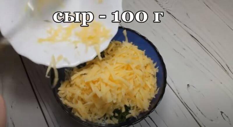 добавляем тертый сыр в соус