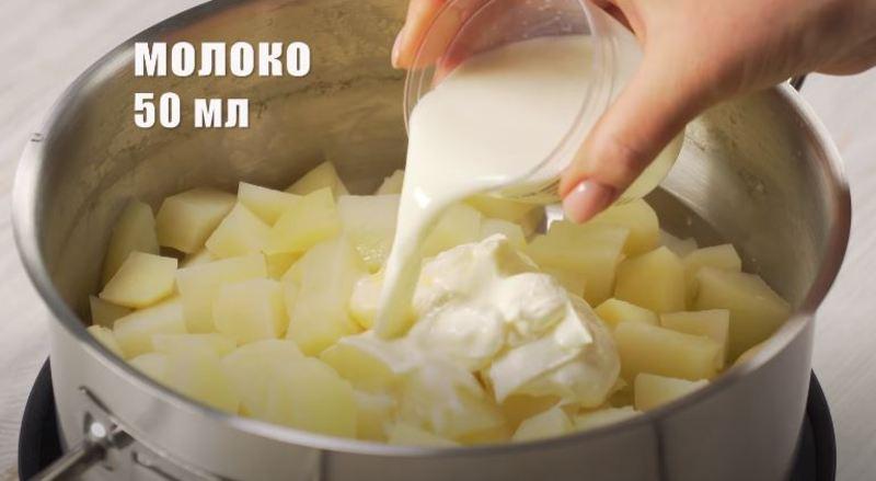 добавляем в картофель молоко