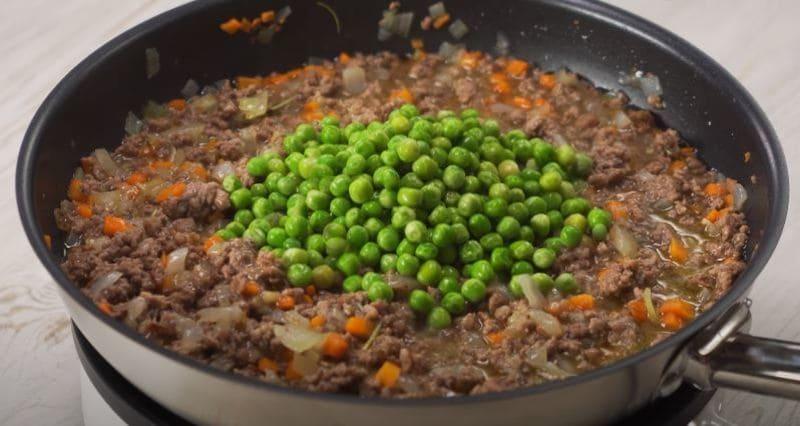 добавляем в сковороду к фаршу зеленый горошек