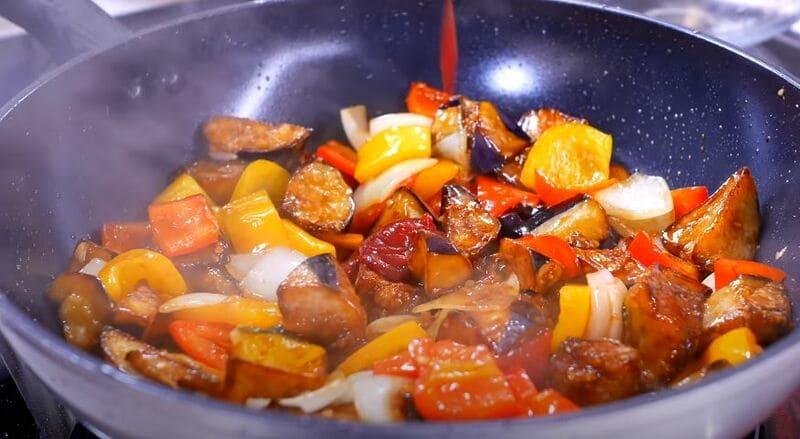 добавляю 1 ложку томатной пасты