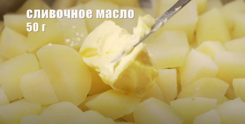 кладем в картофель сливочное масло