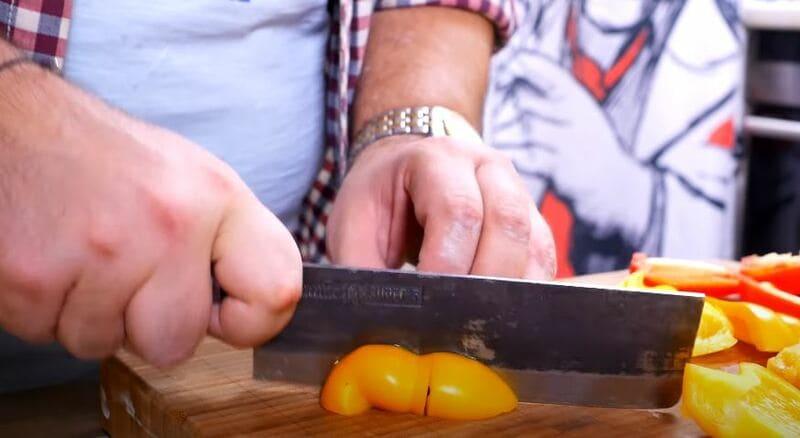 крупно нарезаем болгарский перец