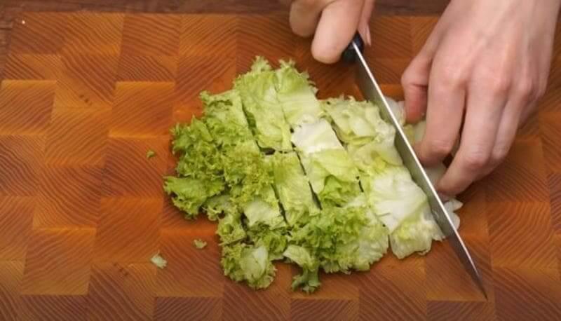 листовой салат нарезаем большими кусками