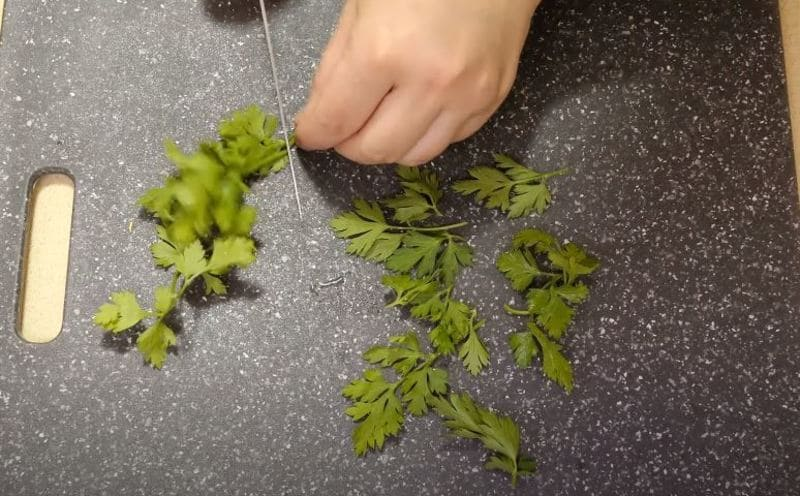 мелко измельчаем листья петрушки