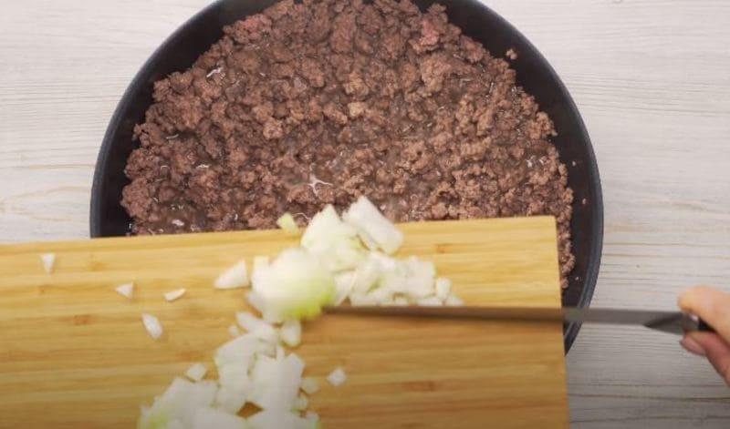 мелко измельчаем небольшую луковичку
