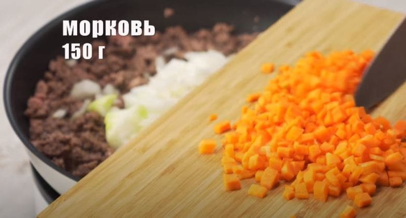 морковку измельчаем на квадратики