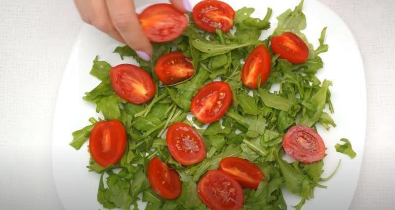 на салат руккола выкладываем нарезанные помидорки